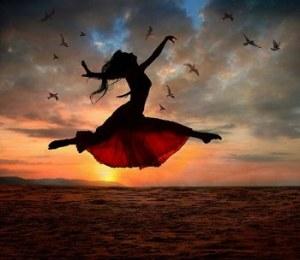 565028_244442462_mujer-vestido-salto-contraluz-amanecer_H104921_L