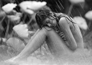 Mujer desnuda bajo la lluvia